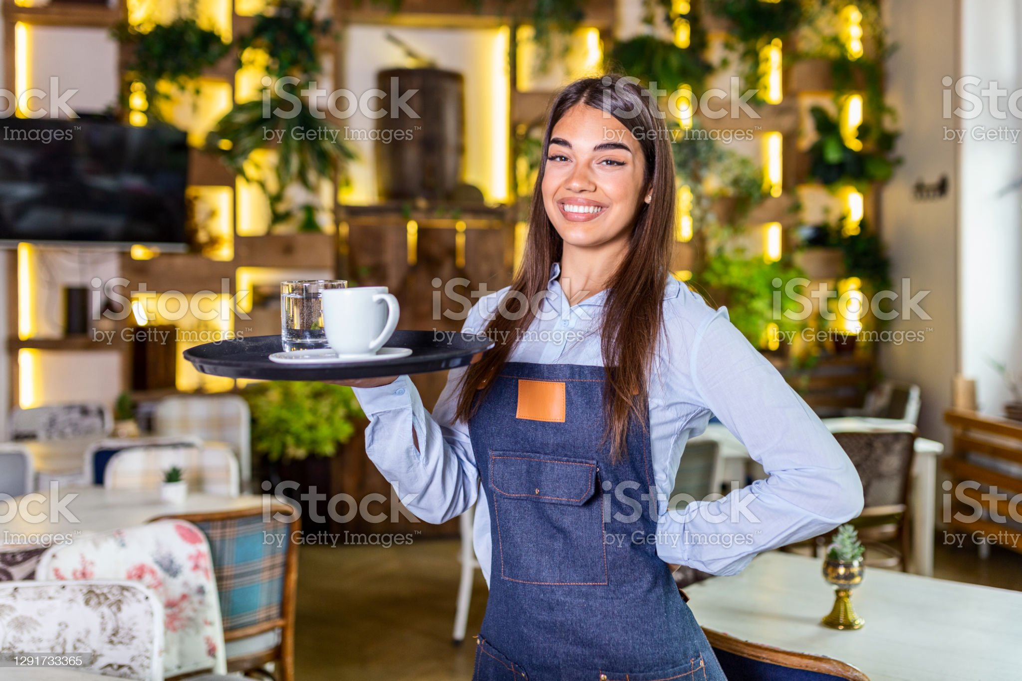 Mi cafetería. - Página 11 Young-woman-working-holding-a-tray-with-coffee-and-glass-of-water-picture-id1291733365?s=2048x2048