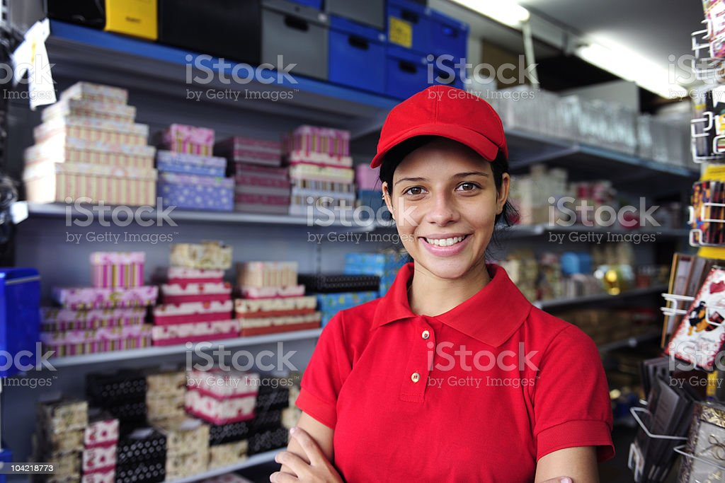 Mujer joven trabajando en una caja de regalo de tienda - foto de stock