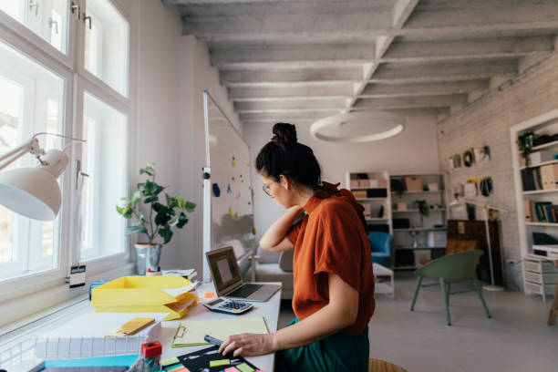 joven trabajando en una oficina moderna - arquitecta fotografías e imágenes de stock