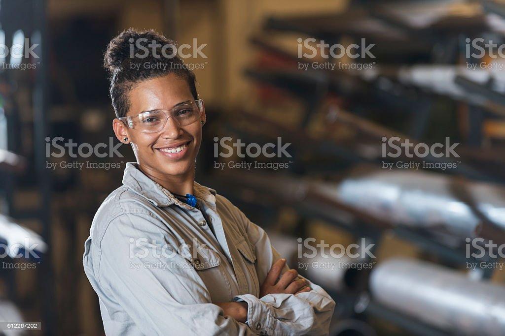 Junge Frau bei der Arbeit in Fabrik  – Foto