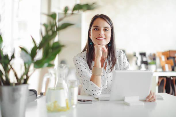 Junge Frau arbeitet in ihrem Büro – Foto