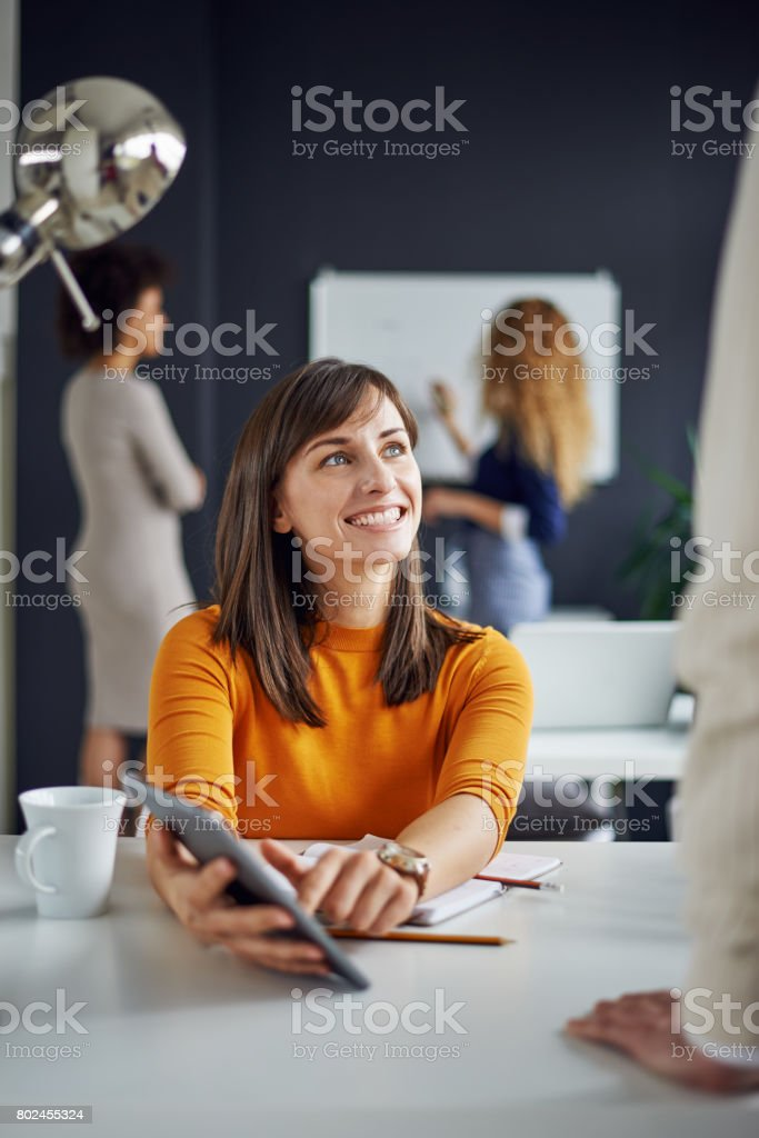 Junge Frau im modernen Büro arbeiten – Foto