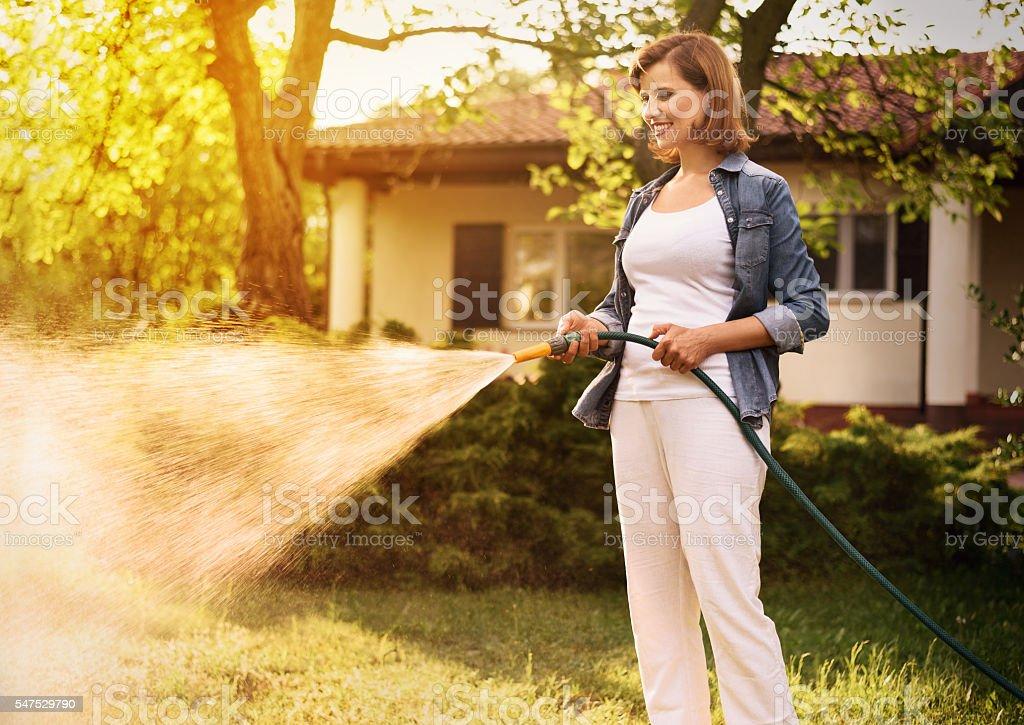 Jeune femme travaillant dans le jardin - Photo