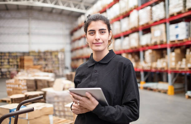 jonge vrouw magazijnmedewerker - warehouse worker stockfoto's en -beelden