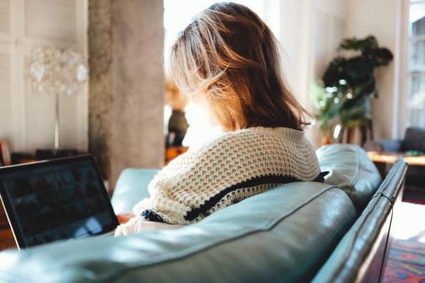 Junge Frau, die Arbeiten am Laptop in Loft-Wohnung – Foto
