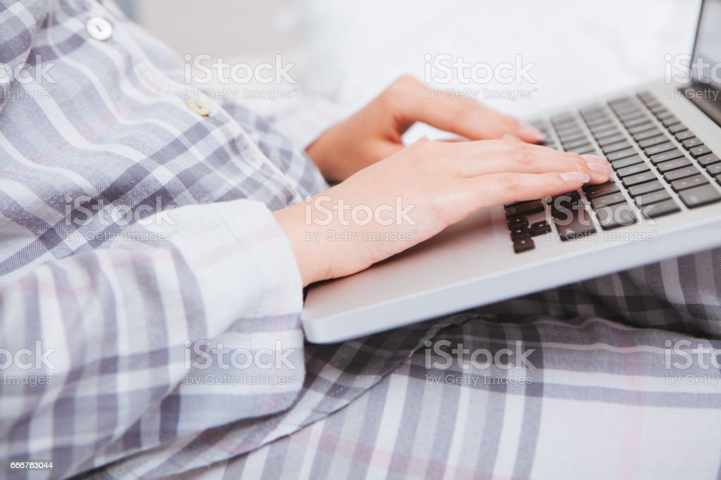 Young woman working on laptop foto stock royalty-free