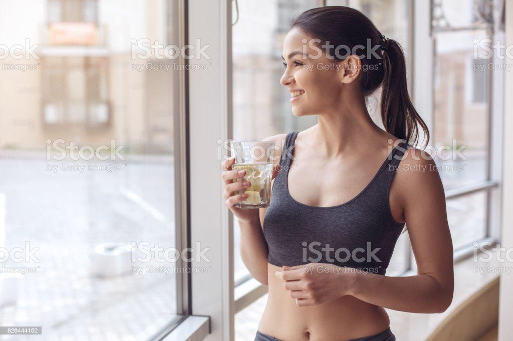 Entrenamiento del joven en el estilo de vida saludable gimnasio - foto de stock