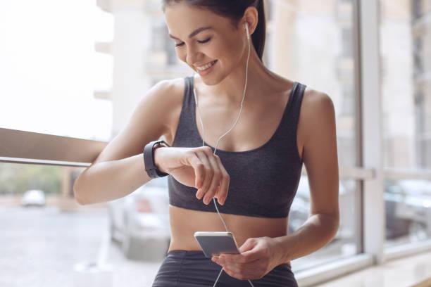 entraînement de la jeune femme dans le mode de vie sain gym - chrono sport photos et images de collection
