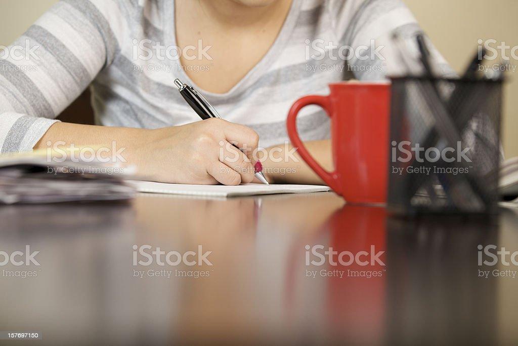 Jeune femme écrivant - Photo