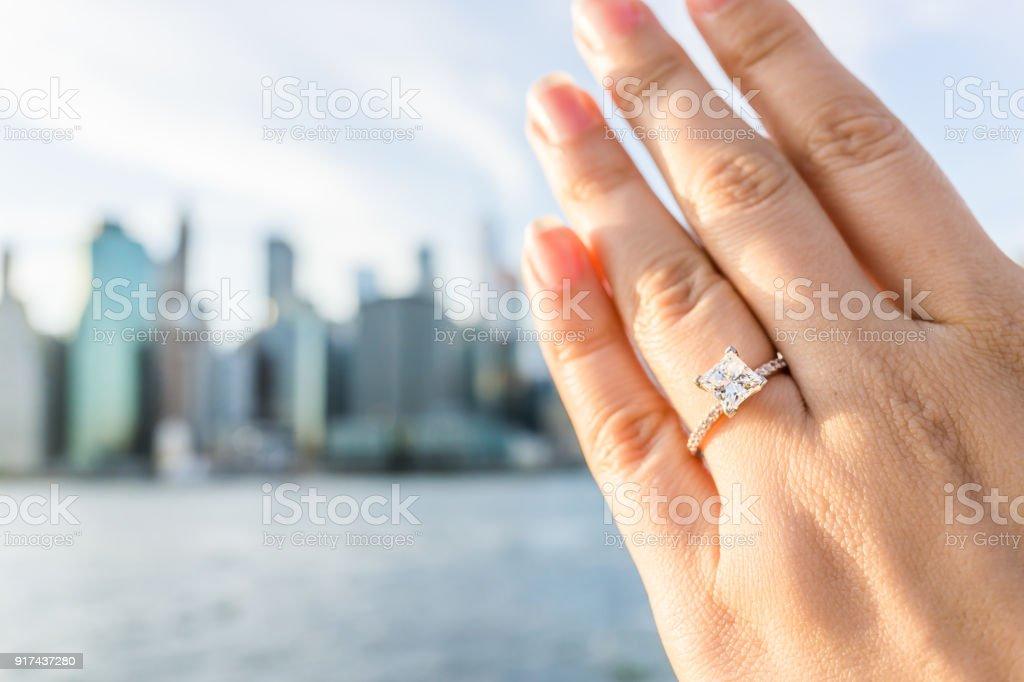 Junge Frau Selbstgemachte Mit Diamant Verlobungsring Prinzessin Gold