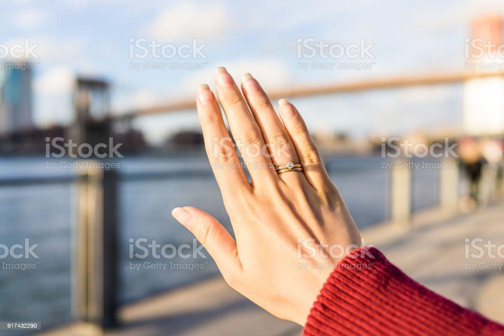 Junge Frau Hand Mit Diamant Verlobungsring Solitar Gold Ehering