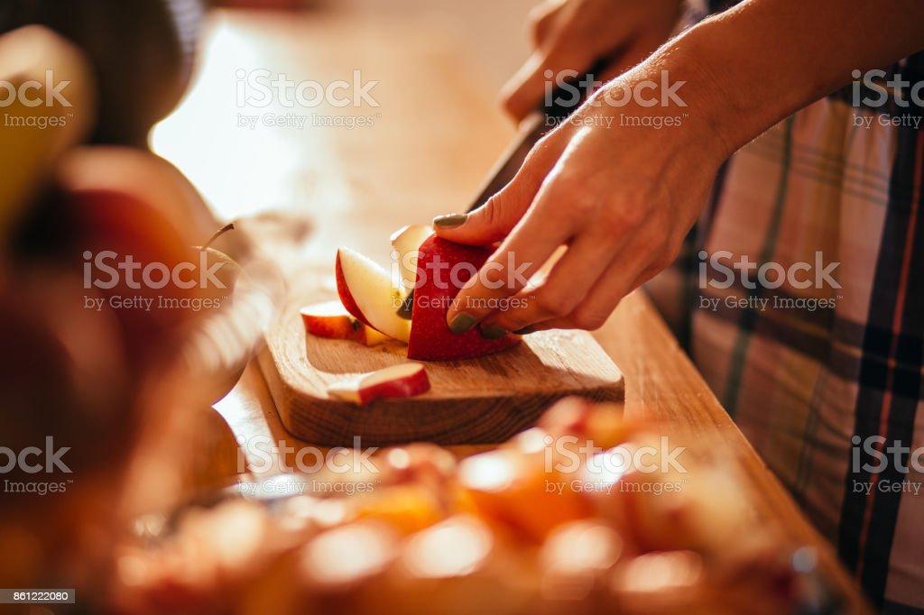 若い女性の手の木にリンゴをカット カット ボード ストックフォト
