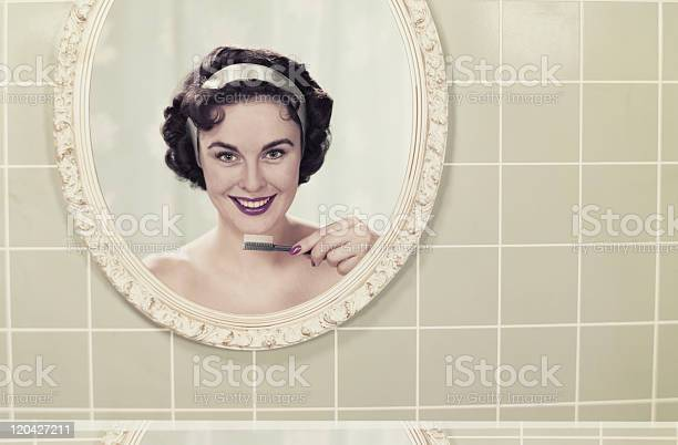Junge Frau Die Reflexion Im Spiegel Holding Zahnbürste Lächeln Stockfoto und mehr Bilder von Archivmaterial