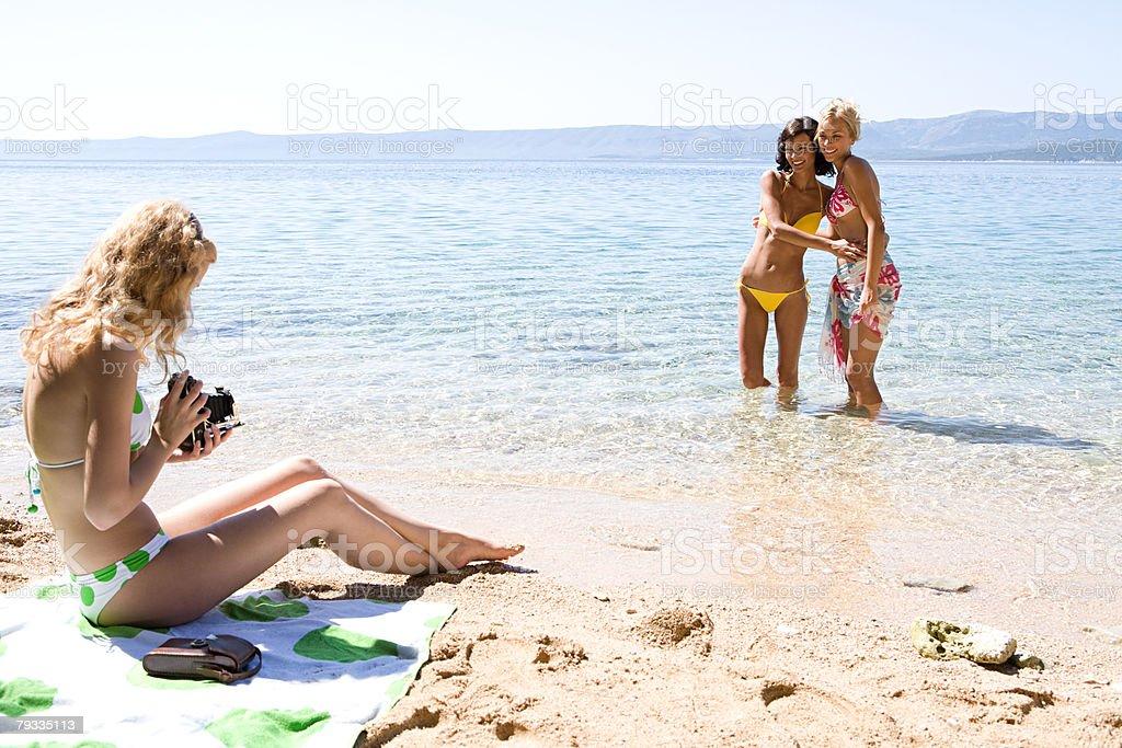 Junge Frauen am Strand Lizenzfreies stock-foto