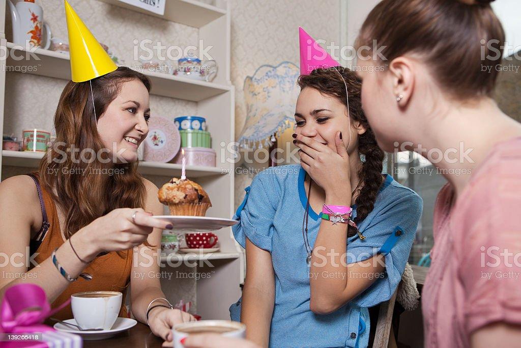 Junge Frauen Freunde feiert Geburtstag im Café – Foto