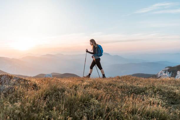 Junge Frauen, die den Hügel hinauf klettern – Foto