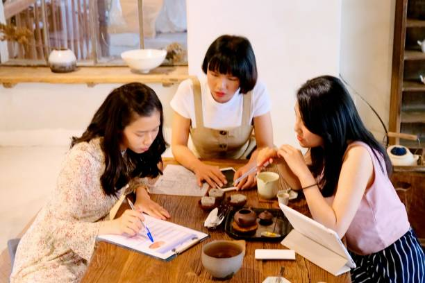 年輕婦女對商業專案進行批評圖像檔