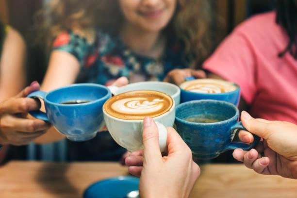 mujeres jóvenes que beber café concepto - café bebida fotografías e imágenes de stock