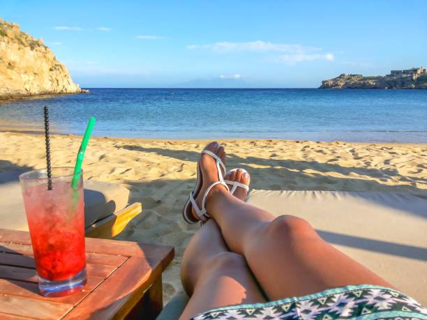 junge frauen trinken frischen cocktail am strand - ägäische inseln stock-fotos und bilder