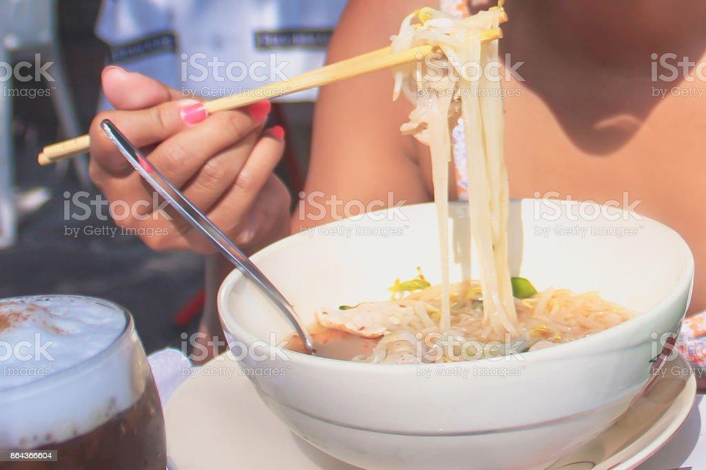 麺屋台の食べ物を食べる若い女性 ストックフォト