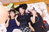 風船を楽しむ若い女性
