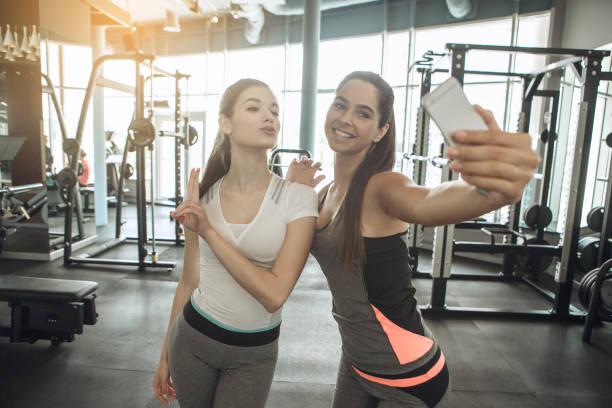 jonge vrouwen oefenen samen in de sportschool - call center stockfoto's en -beelden