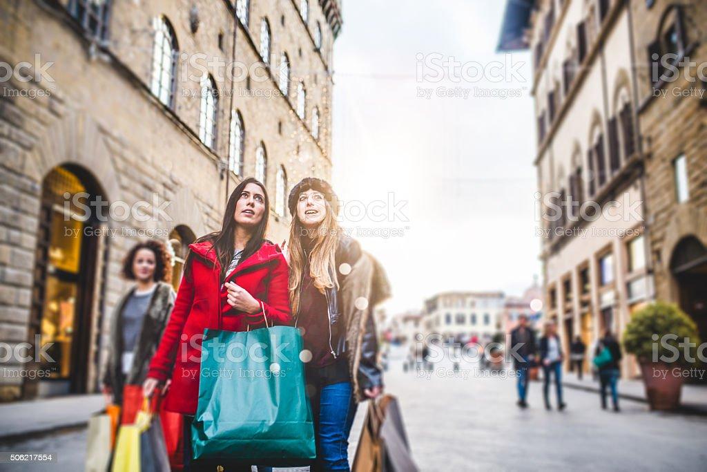 Junge Frauen Freunde haben gemeinsam Shopping Lizenzfreies stock-foto