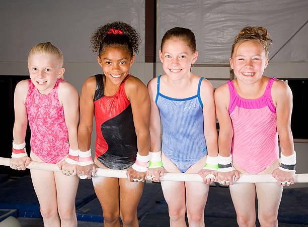 若い女性 gymnasts のジム - 体操競技 ストックフォトと画像
