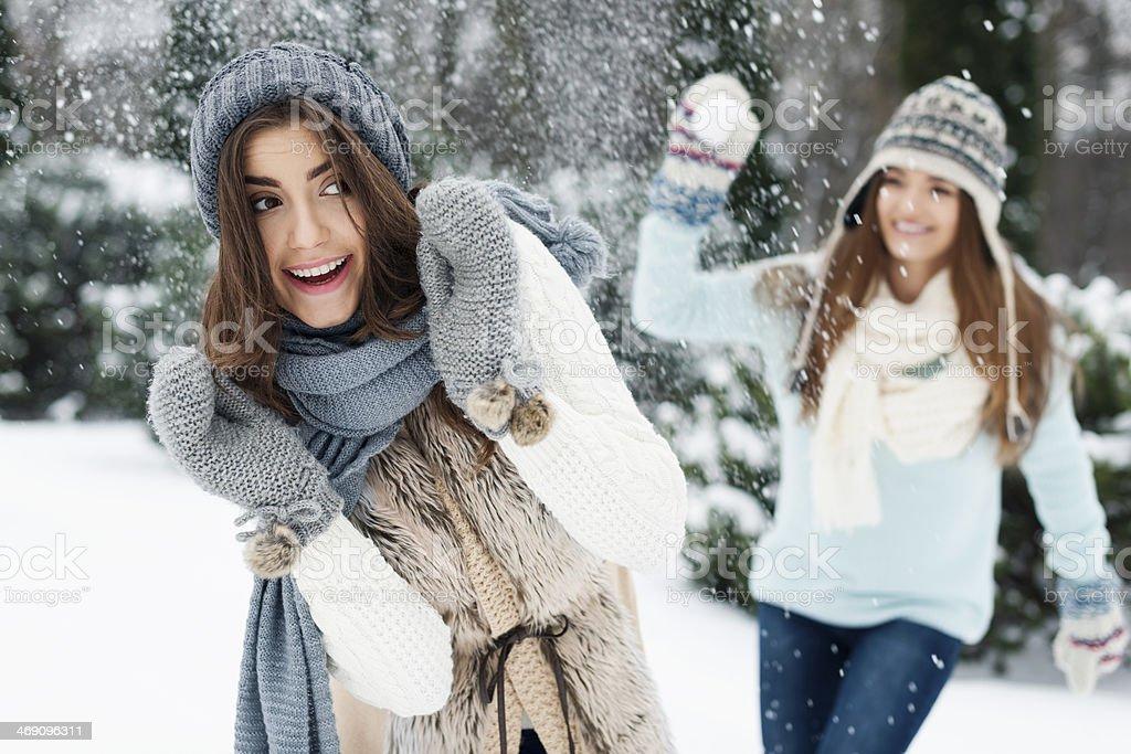 Jeunes femmes s'amuser pendant les batailles de boules de neige - Photo