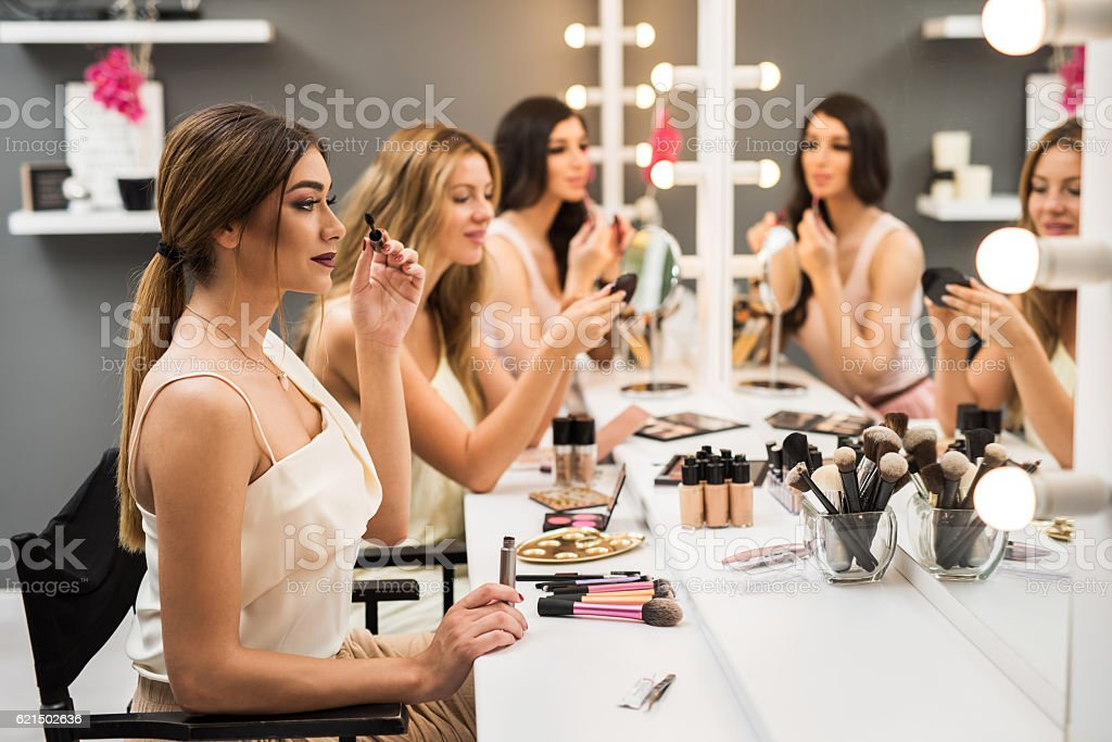 Young women having beauty treatment in beauty salon. photo libre de droits