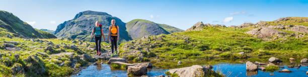 Junge Wanderinnen wandern auf Bergpfad Panorama Sommerabenteuer – Foto