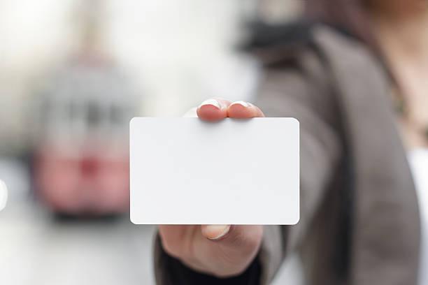 Junge Frauen halten leere Karte in Händen – Foto