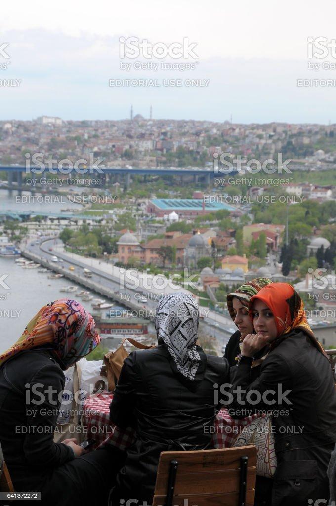 Mujeres jóvenes en un café de Estambul - foto de stock