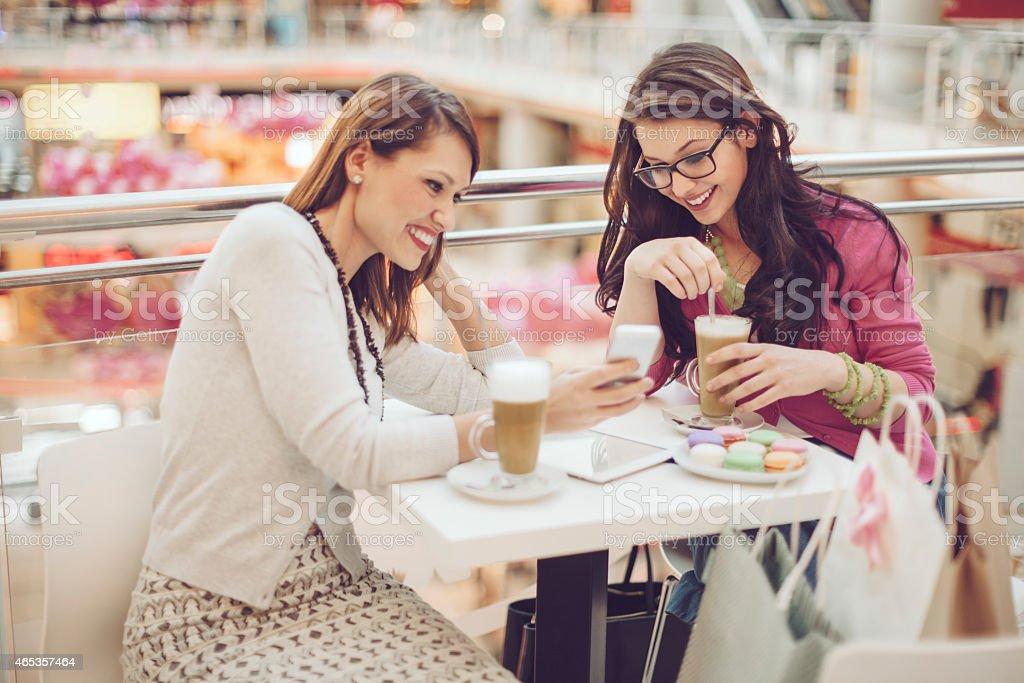 Jovem mulher em um café - foto de acervo