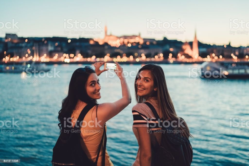 Junge Frauen in Budapest lächelnd in die Kamera – Foto