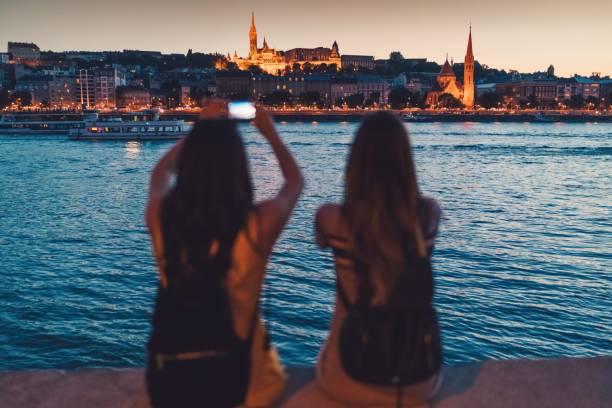 写真を撮るブダペストの若い女性 - マーチャーシュ教会 ストックフォトと画像