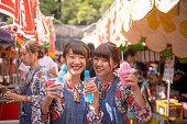 若い女性がかき氷とソーダを保持祭コスプレ