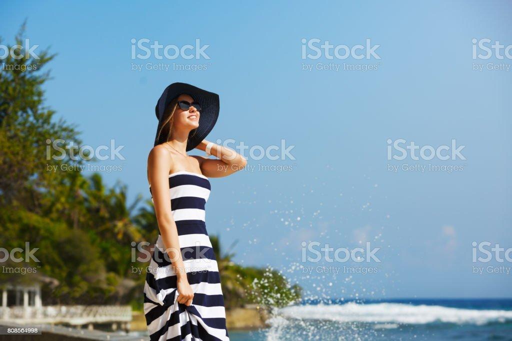 618f9c47aa Mulheres jovens em chapéu de palha e elegante Praia aproveitando o sol  tropical. Conceito de