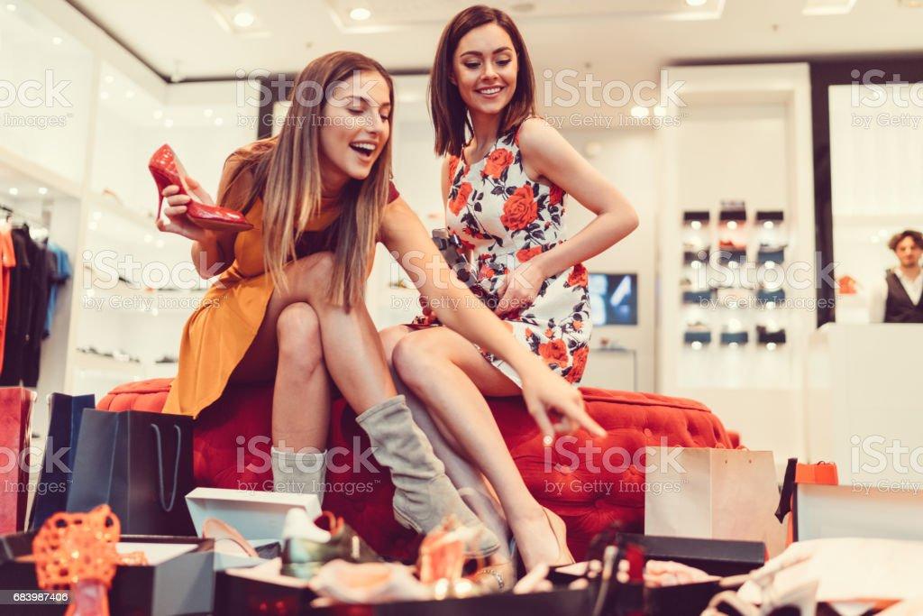 Jovens mulheres no shopping - foto de acervo