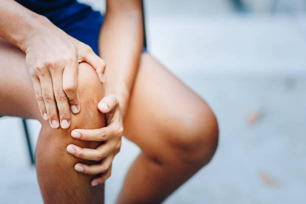 dor do joelho das mulheres novas, conceito dos cuidados médicos - articulação humana - fotografias e filmes do acervo