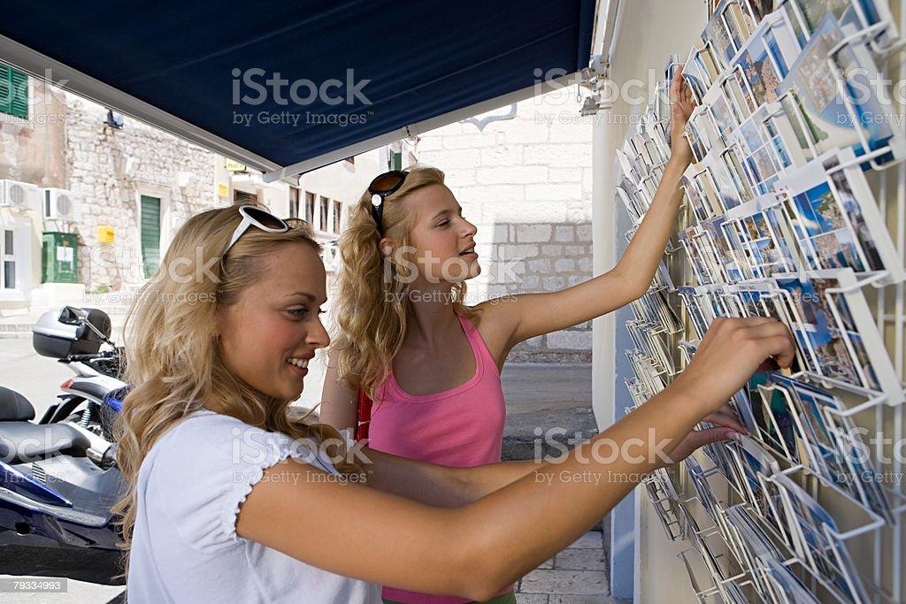 젊은 여자대표 루킹, 포스트카드 royalty-free 스톡 사진