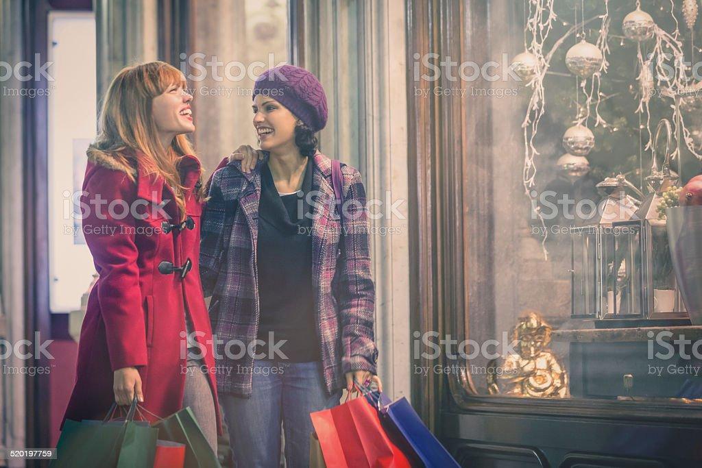 Junge Frauen Die Auf Der Suche Nach Weihnachtsgeschenk In Old Town ...