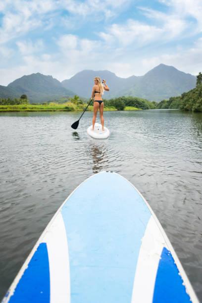 Junge Frauen auf einem Paddle Board – Foto