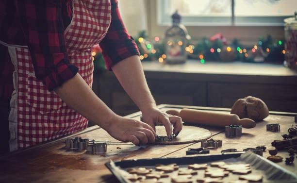 Junge Frauen bereiten Weihnachtsplätzchen zu Hause – Foto