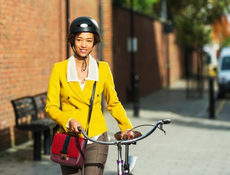 Mujeres Jóvenes Impulsar Su Bicicleta En La Ciudad Foto de stock y más banco de imágenes de A la moda