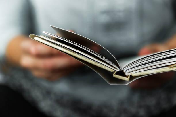 年輕女性讀一本小書 - book open 個照片及圖片檔