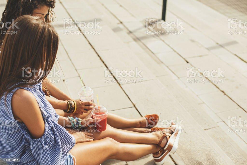 Jeunes femmes relaxantes dans la ville - Photo