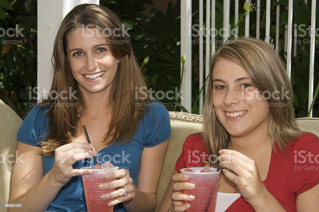 Giovane donna di relax con un Drink foto stock royalty-free