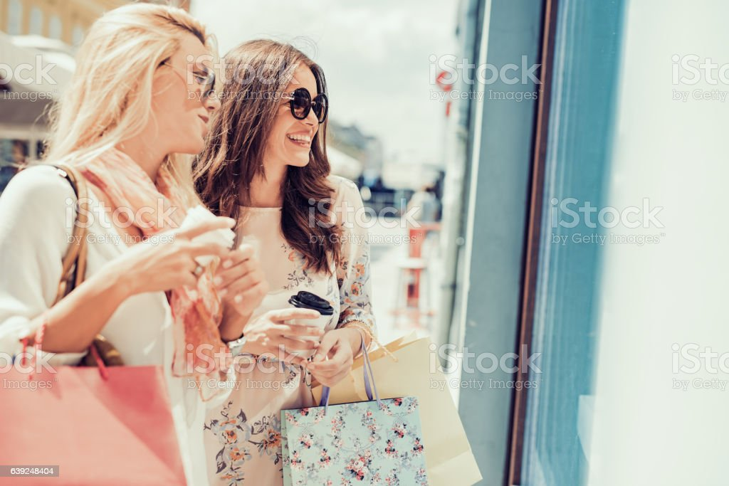 Young women shopping in the cityhhfrtg – Foto
