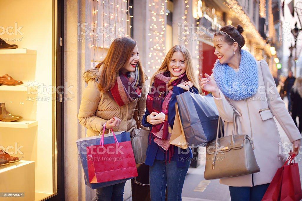 Mujeres jóvenes de compras juntos - foto de stock